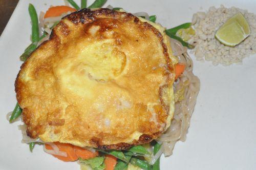 nouille au légumes et omelette aux crevettes