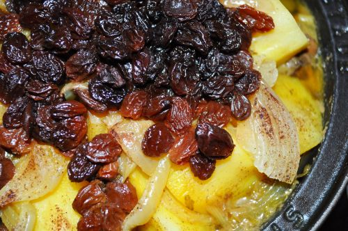 DSC 0055 Tajine aux oignons et raisins secs