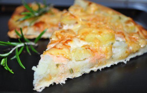 pizza au saumon fum et pomme de terre les recettes de la cuisine de asmaa. Black Bedroom Furniture Sets. Home Design Ideas