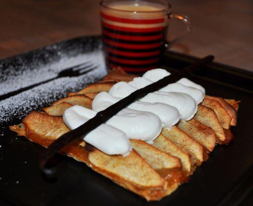 tarte sur lit de feuille de brick Tarte fine pomme cannelle sur fond de feuilles de brick
