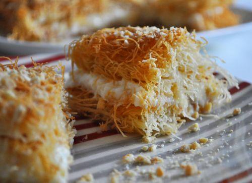 dessert oriental Konafa à la crème et aux Amandes