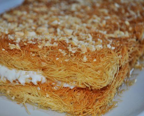 patisserie oriental Konafa à la crème et aux Amandes